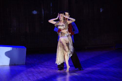 Diễm My hớ hênh vòng 1 trong lúc khiêu vũ-7