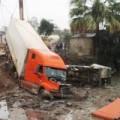 Tin tức - Container tông 2 ô tô, 12 người thương vong
