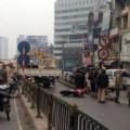 Tin tức - Xe cẩu 'biển xanh' đâm sập thanh chắn cầu vượt Thái Hà