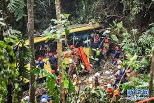 thai lan: xe bus lao xuong vuc, 30 nguoi chet - 1