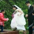 Tin tức - Lạ lùng cô dâu 'đu đò' sang sông lấy chồng