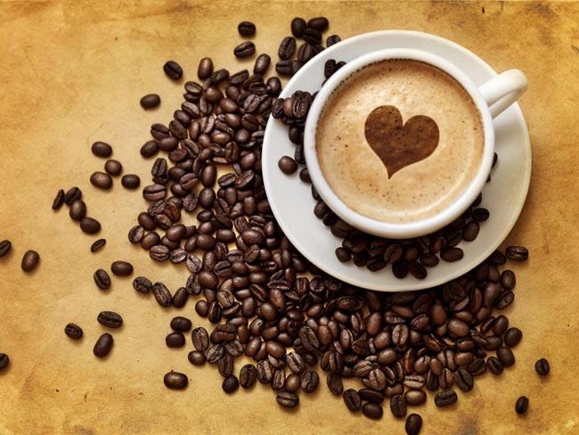 Cà Phê  Trong thời điểm cho con bú, mẹuống cà phê (soda hoặc trà) thìsẽ có một lượng nhỏ caffein kết tụlại trong sữa mẹ, 1 tách cà phê thường chứa 135mg caffeine.Trẻ sơ sinh không có khả năng bài tiết chất caffeine một cách nhanh chóng và hiệu quả như người lớn nên rất dễ bị kích ứng, cáu kỉnh, và mất ngủ. Để tránh tình trạng này, mẹ nên cắt giảm lượng cà phê, nếu được thì nên hạn chế hoàn toàn trong giai đoạn này. Nễu trường hợp mẹ không thể 'cai' được, thìhãy nhớ chỉ uống ngay sau khi bé bú xong, để lần bú tiếp theo caffeine sẽ chỉ còn trong máu mẹ.