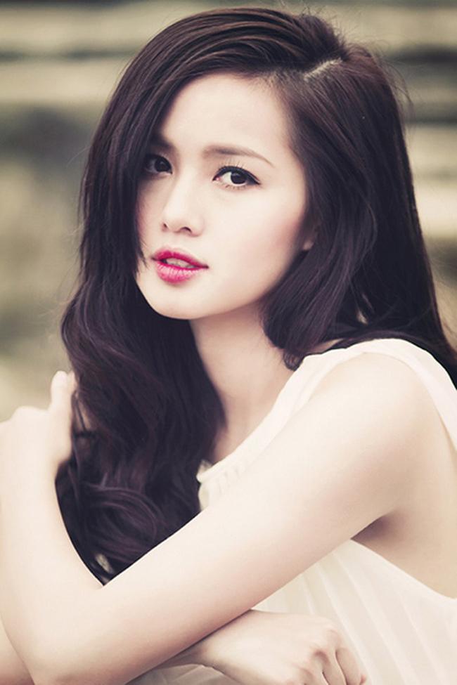 Với gương mặt ưa nhìn cùng nụ cười tươi tắn, rạng ngời, Tâm Tít được biết đến như 1 trong số những hot girl theo đuổi hình ảnh ngoan hiền, trong sáng.