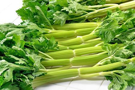 Trồng cần tây trong bát ăn quanh năm ngày tháng-2