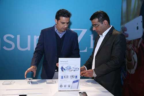 Samsung chính thức trình làng smartphone đầu tiên chạy Tizen-11