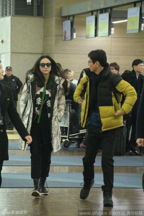 Vợ chồng Thang Duy náo loạn sân bay sau đám cưới-1