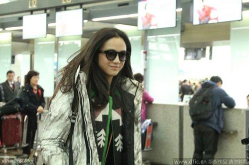 Vợ chồng Thang Duy náo loạn sân bay sau đám cưới-2
