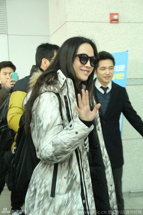Vợ chồng Thang Duy náo loạn sân bay sau đám cưới-3