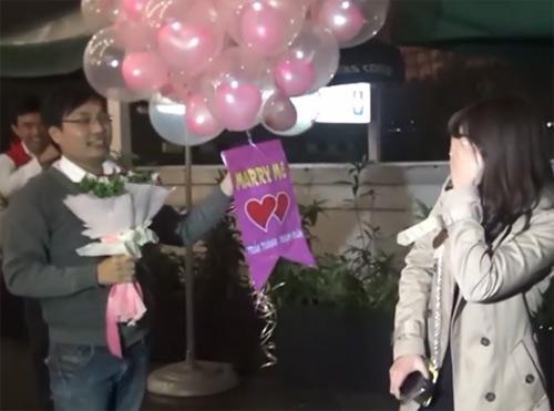 """Video: Thổn thức màn cầu hôn """"Em cưới anh nhé"""" của chàng trai 8X-5"""