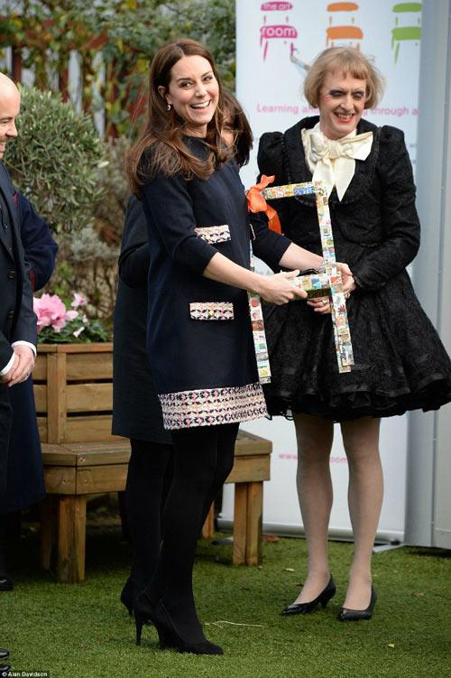 Ngắm bụng bầu ngày một lớn của Công nương Kate-1