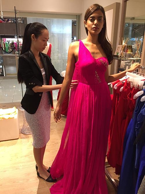 Hoa hậu Singapore mặc váy Việt Nam tại HH Hoàn vũ - 4