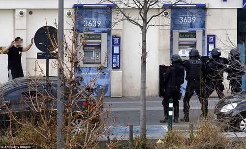 Thêm một vụ bắt cóc con tin rúng động ở ngoại ô Paris-1