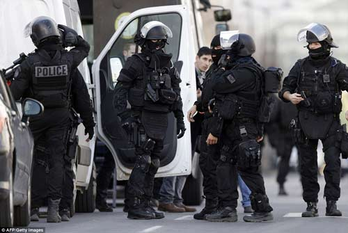 Thêm một vụ bắt cóc con tin rúng động ở ngoại ô Paris-11