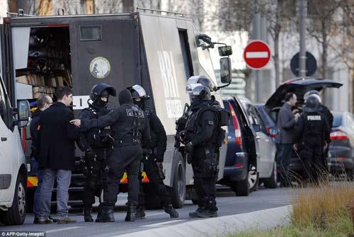 Thêm một vụ bắt cóc con tin rúng động ở ngoại ô Paris-12