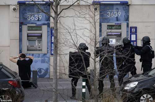 Thêm một vụ bắt cóc con tin rúng động ở ngoại ô Paris-2