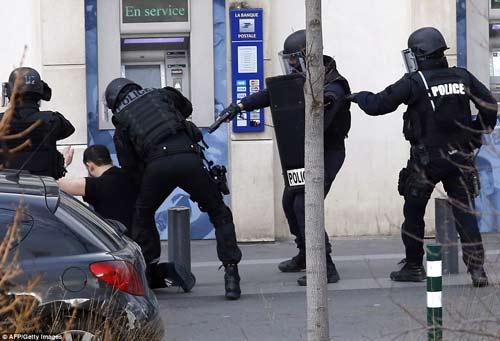 Thêm một vụ bắt cóc con tin rúng động ở ngoại ô Paris-3