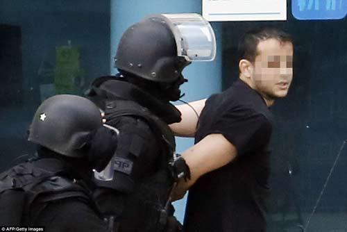 Thêm một vụ bắt cóc con tin rúng động ở ngoại ô Paris-4