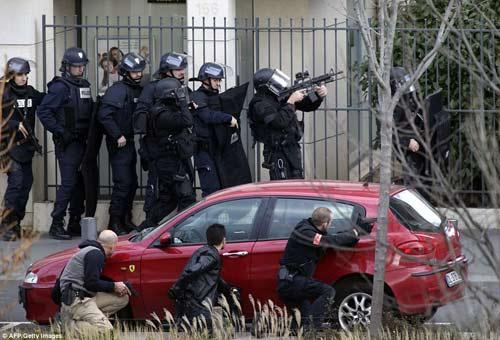 Thêm một vụ bắt cóc con tin rúng động ở ngoại ô Paris-6