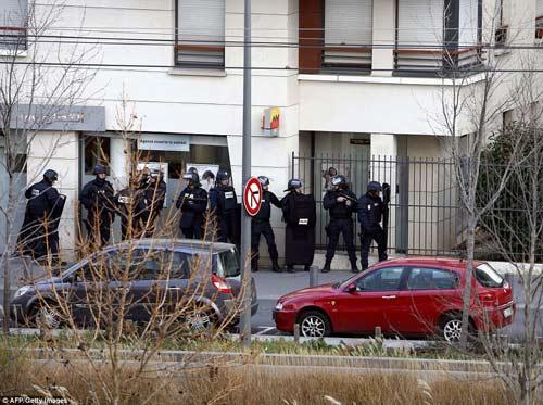 Thêm một vụ bắt cóc con tin rúng động ở ngoại ô Paris-7
