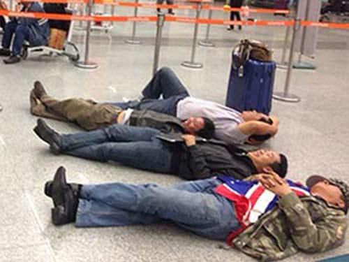 Hành khách nằm dài tại sân bay vì Jetstar hủy chuyến-1
