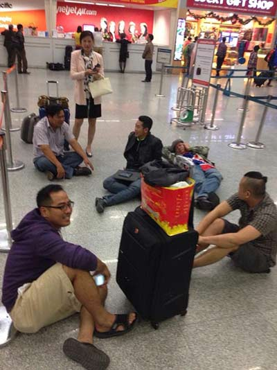 Hành khách nằm dài tại sân bay vì Jetstar hủy chuyến-4