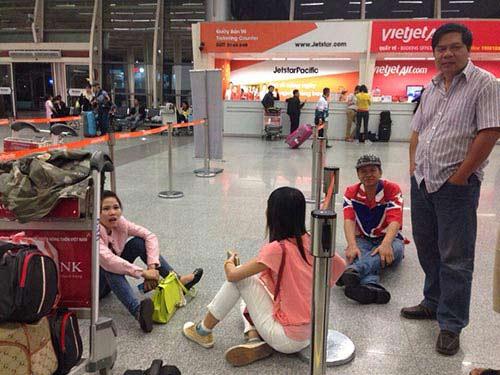 Hành khách nằm dài tại sân bay vì Jetstar hủy chuyến-6