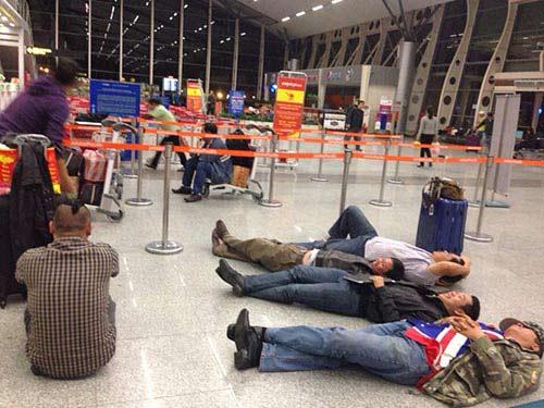 Hành khách nằm dài tại sân bay vì Jetstar hủy chuyến-7