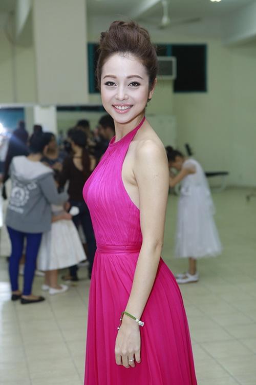 Jennifer Phạm khoe chân thon trong hậu trường-3