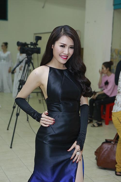 Jennifer Phạm khoe chân thon trong hậu trường-4