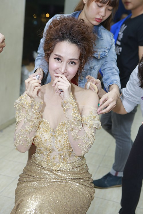 Jennifer Phạm khoe chân thon trong hậu trường-6