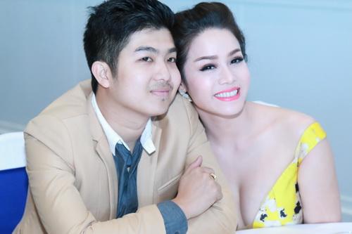 Nhật Kim Anh mặc váy khoe ngực táo bạo bên chồng-2