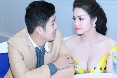 Nhật Kim Anh mặc váy khoe ngực táo bạo bên chồng-3