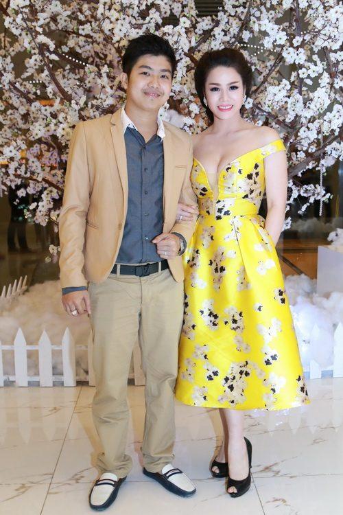 Nhật Kim Anh mặc váy khoe ngực táo bạo bên chồng-4