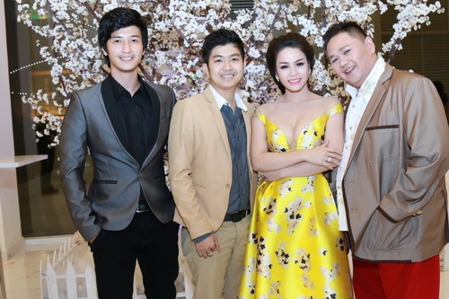 Nhật Kim Anh mặc váy khoe ngực táo bạo bên chồng-7