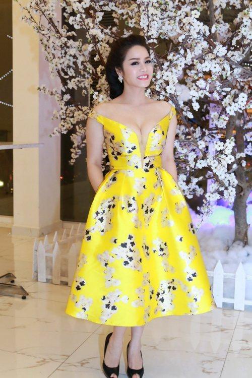 Nhật Kim Anh mặc váy khoe ngực táo bạo bên chồng-8