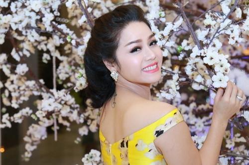 Nhật Kim Anh mặc váy khoe ngực táo bạo bên chồng-10