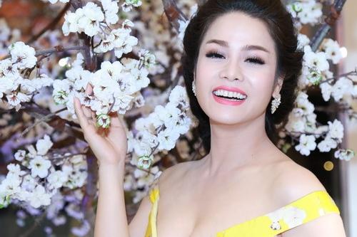 Nhật Kim Anh mặc váy khoe ngực táo bạo bên chồng-11
