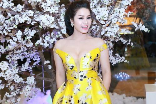 Nhật Kim Anh mặc váy khoe ngực táo bạo bên chồng-12
