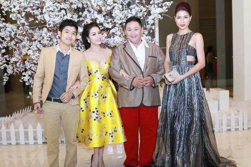 Nhật Kim Anh mặc váy khoe ngực táo bạo bên chồng-13