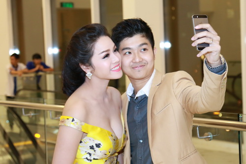 Nhật Kim Anh mặc váy khoe ngực táo bạo bên chồng-14