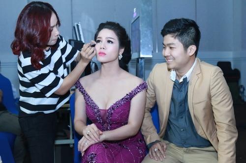 Nhật Kim Anh mặc váy khoe ngực táo bạo bên chồng-15