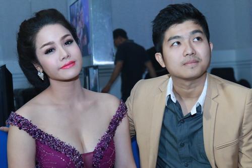 Nhật Kim Anh mặc váy khoe ngực táo bạo bên chồng-16