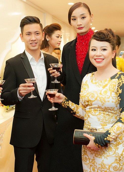 Vợ chồng Lê Thúy hạnh phúc đi sự kiện sau đám cưới-2