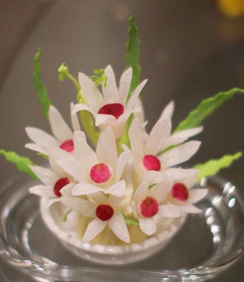 Tỉa hoa từ củ cải xinh xắn trang trí bàn ăn-10