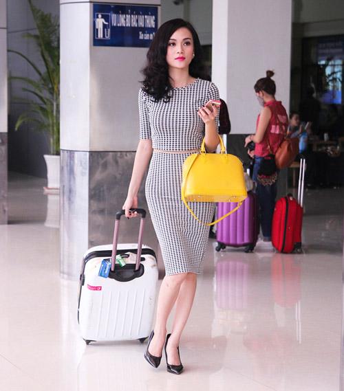 Cao Thùy Linh xinh đẹp ngỡ ngàng tại sân bay-1