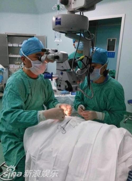 Hình ảnh phẫu thuật hiến giác mạc của Diêu Bối Na-3