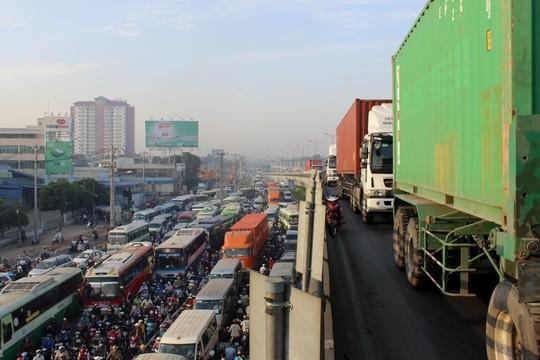 """Đèn giao thông ngưng hoạt động, xa lộ Hà Nội """"tê liệt""""-5"""