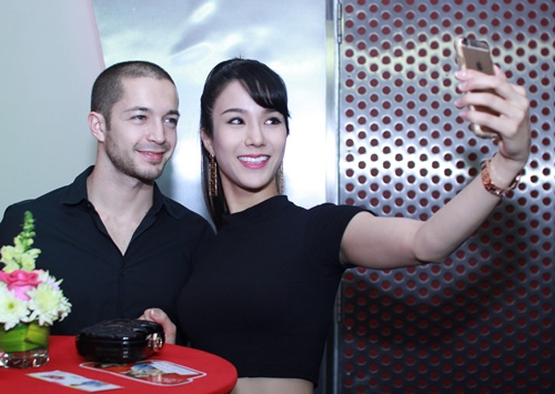 Diệp Lâm Anh đi xem phim cùng bạn nhảy Tây điển trai-1