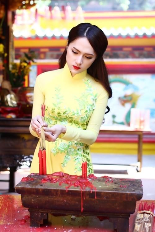 """huong giang idol goi cam hon ca """"gai xin"""" voi ao dai - 1"""