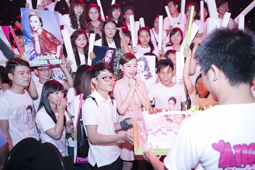 fan vay kin trong sinh nhat nua dem cua angela phuong trinh - 11
